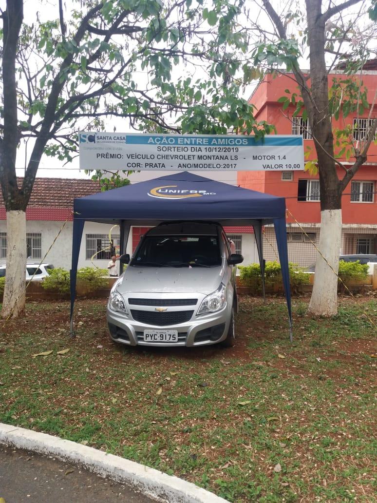 O veículo a ser sorteado está exposto na frente da Santa Casa de Formiga