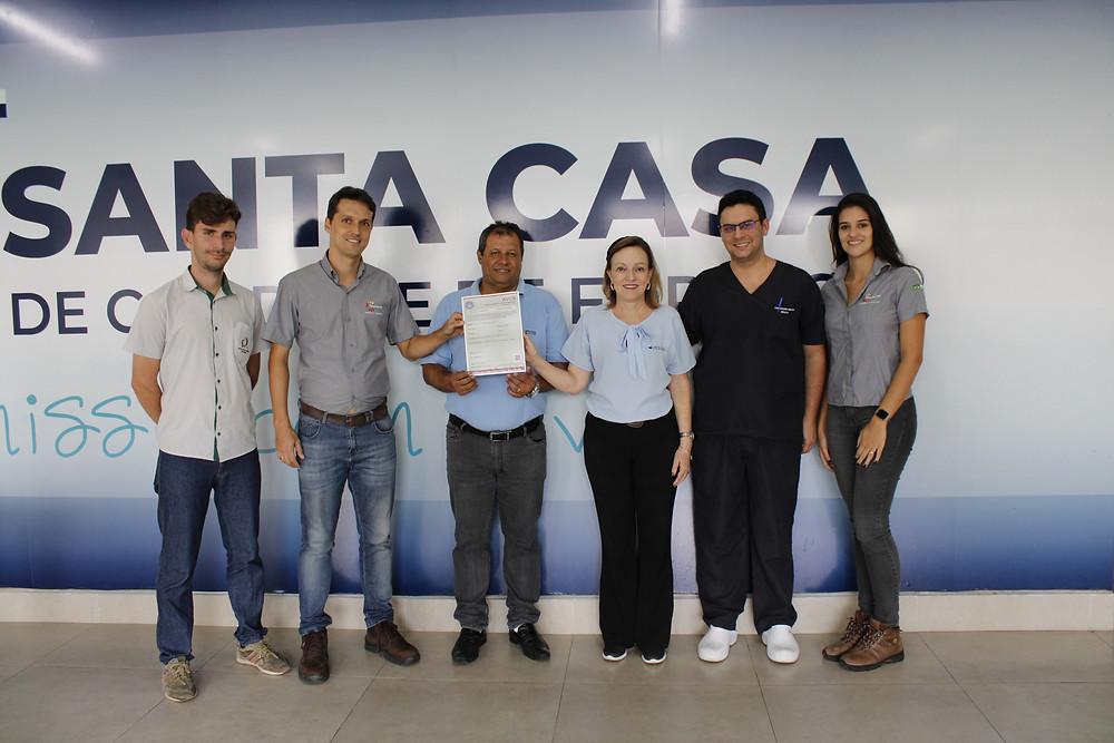 Representantes da empresa Organizar Engenharia e Consultoria entregam o auto de vistoria às mãos da Administração da Santa Casa