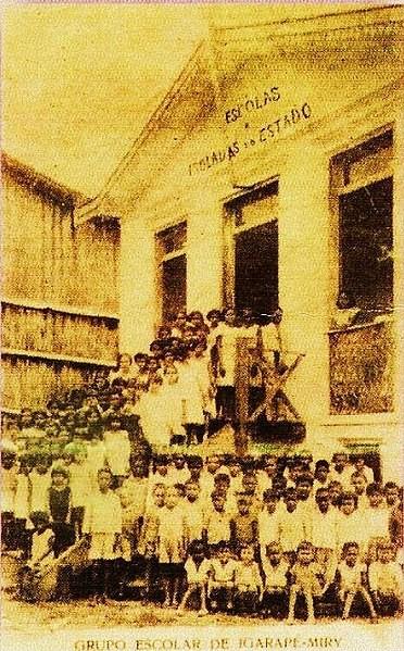 Alunos em frente ao primeiro prédio do Grupo Escolar de Igarapé-Miri. 1928.