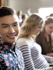 Estudante de sorriso no Palestra