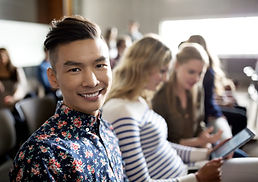 Sourire étudiant en conférence