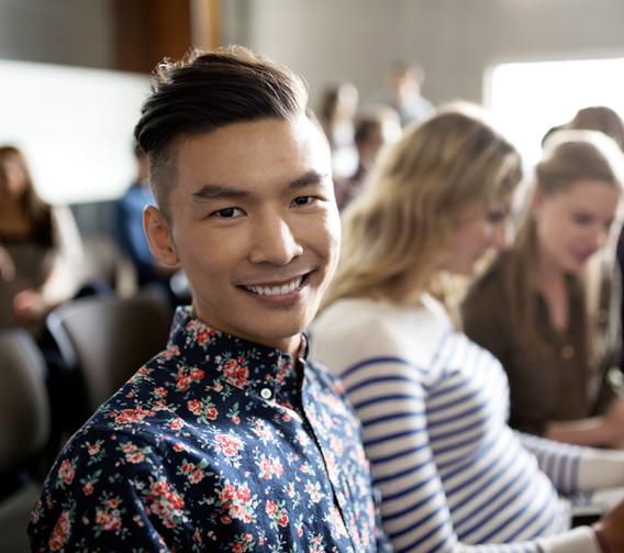 Estudiante sonriente en conferencia