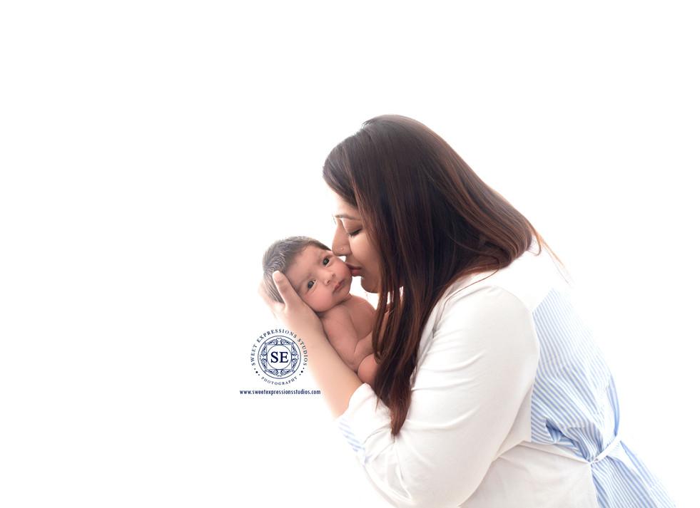 Totonto-Newborn-Photography-Mom.jpg