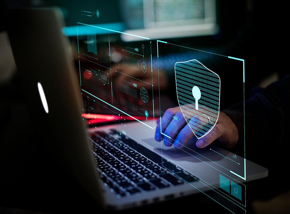 Hacker qui tape sur un laptop