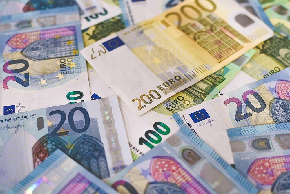 Différents billets de monnaie en euros.