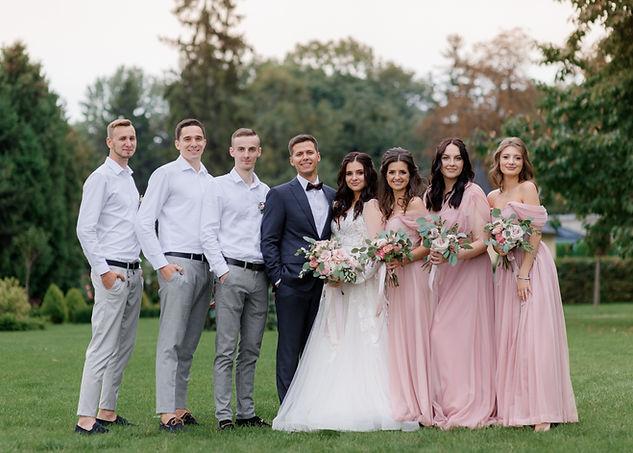wedding-couple-best-friends-dressed-fash