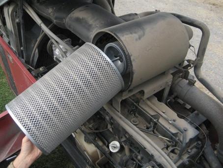 Descubra como fazer a manutenção do filtro de ar do motor de seu equipamento.