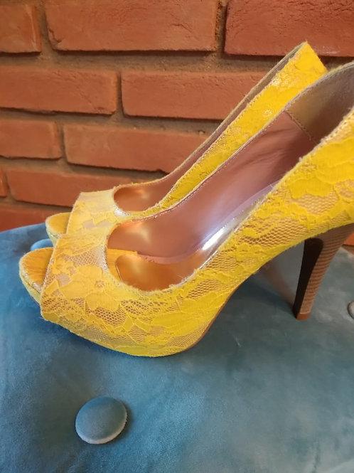 Peep Toe em Renda Amarela