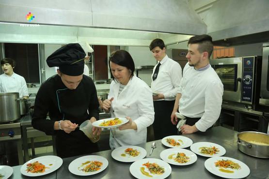 Profesorica Sandra Kranjčić nadgleda situaciju u kuhinji