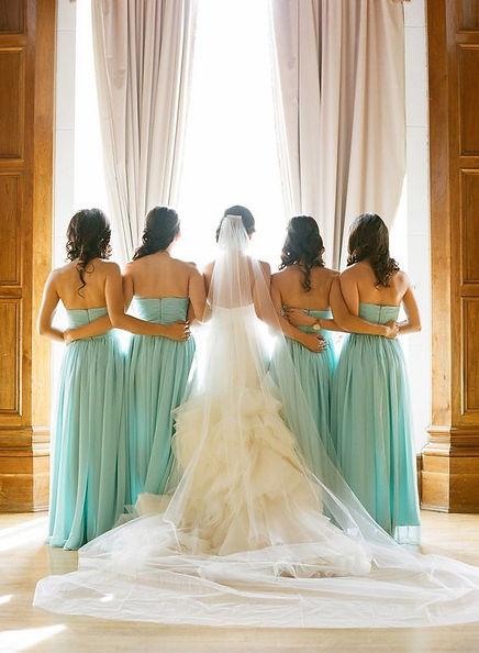 Resultado de imagen de novia acompañada damas de honor