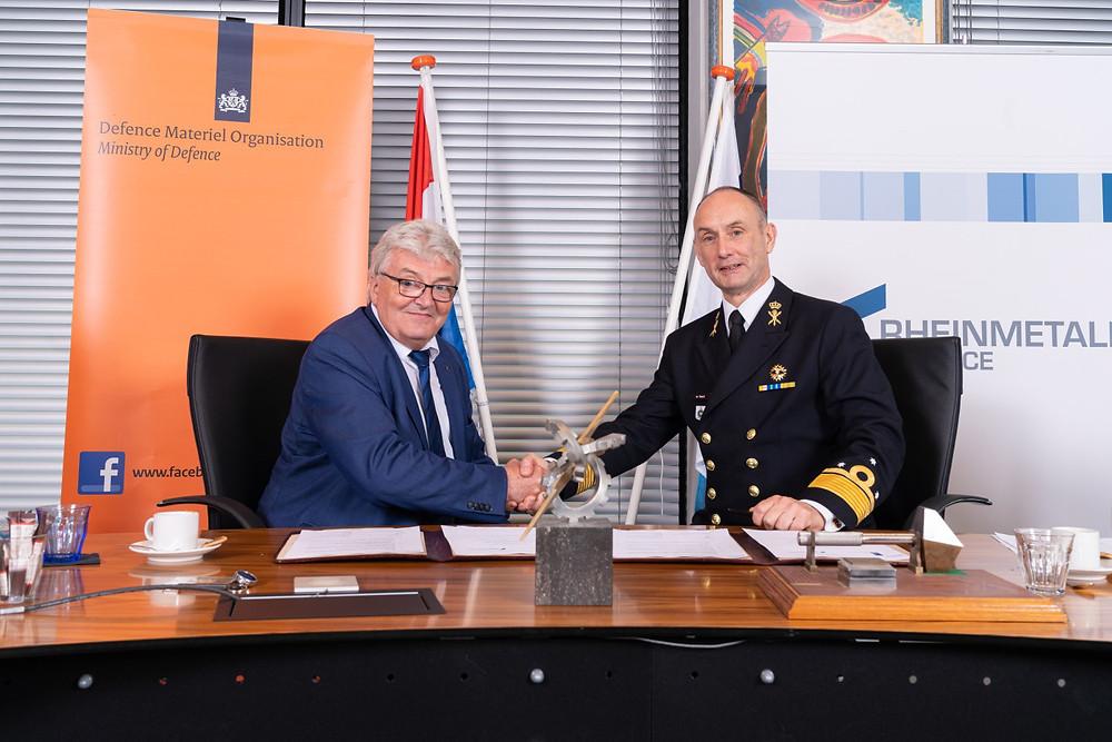 Arie-Jan de Waard (right), Director of National Armament, and Werner Krämer, managing director of Rheinmetall Waffe Munition GmbH, signed the agreement on 3 Jun 2019 in Utrecht.