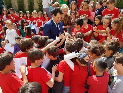 Integrasys' Álvaro Sánchez donates 1000 masks to the children of the elementary school of Antella