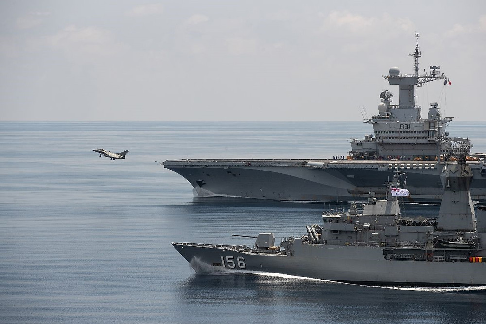 HMAS Toowoomba alongside the French aircraft carrier Charles de Gaulle during flight operations while on exercise