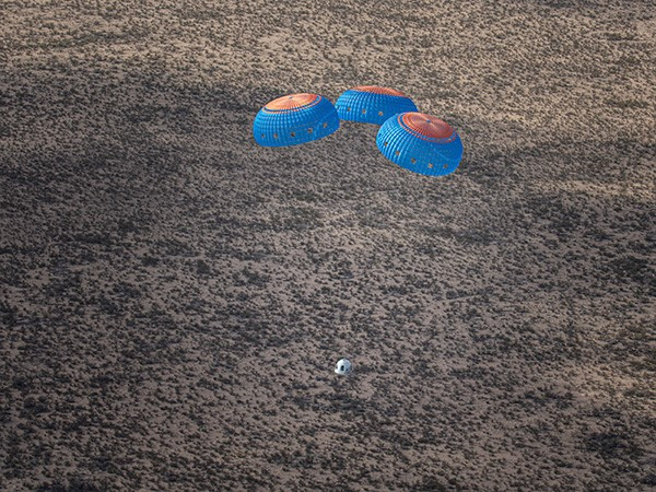 New Shepard Crew Capsule lands under parachutes during NS-12