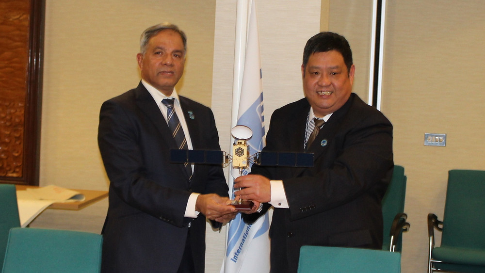 Mr. Song Zhen, Vice President of CTTIC (right) presents a model of BeiDou Satellite to IMSO Director General Captain Moin Ahmed (left) during a meeting at IMSO Headquarters in January 2020