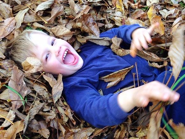 mit Blättern spielen im Herbst
