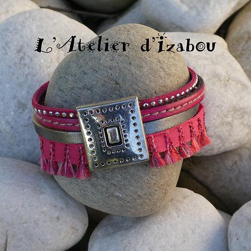 Bracelet multirangs manchette cuir rose et argenté, daim strass et ruban pompons