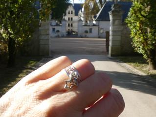 Sur fond de Château de La Loire, une bague aspect dentelle et ses breloques !