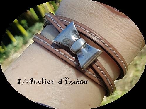 Bracelet original multitours cuir cousu beige et fermoir noeud