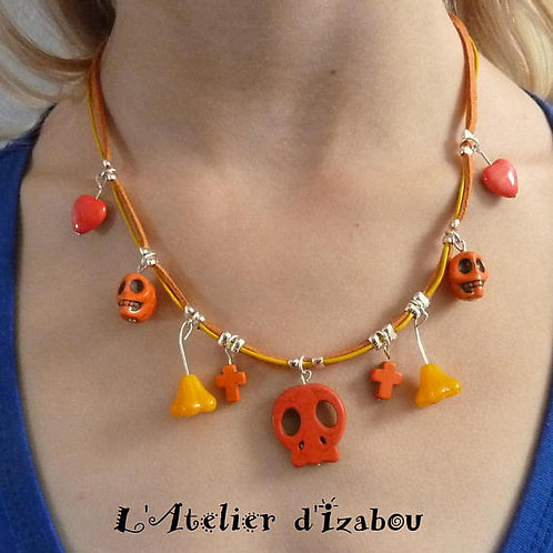 Halloween - Collier mi-long daim orange et fil de cuir jaune et breloque