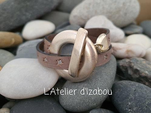 Bracelet étoilé double détour cuir beige et fermoir géant
