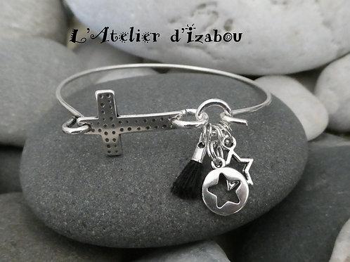 Bracelet jonc fin croix et breloques pompon et étoiles