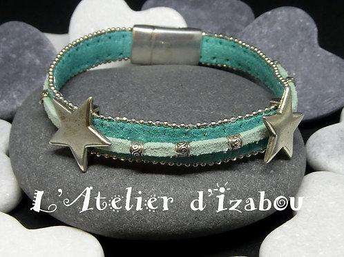 Bracelet étoiles et perles en daim bordé de chaine bleu-vert et daim vert d'eau