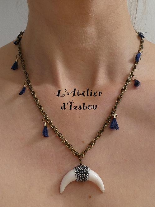 Collier mi-long chaîne bronze, pompons bleu marine et corne blanche strass