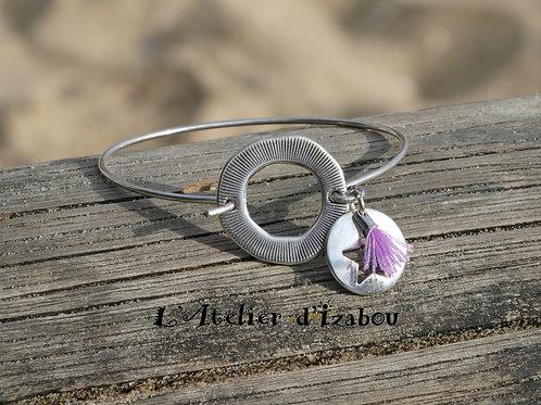 Bracelet jonc fin rond strié, breloques pompon et rond percé étoile