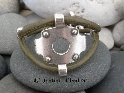 Bracelet chic et original cuir rond kaki et son passant industriel, fermoir croc