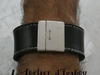 Messieurs, je ne vous oublie pas avec ce bracelet large cuir noir !