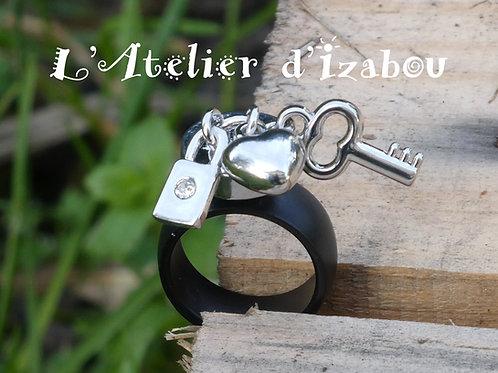 Bague noire et 3 breloques cadenas strass, coeur et clé