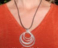 Collier cuir noir ou blanc et pendentif anneaux irréguliers