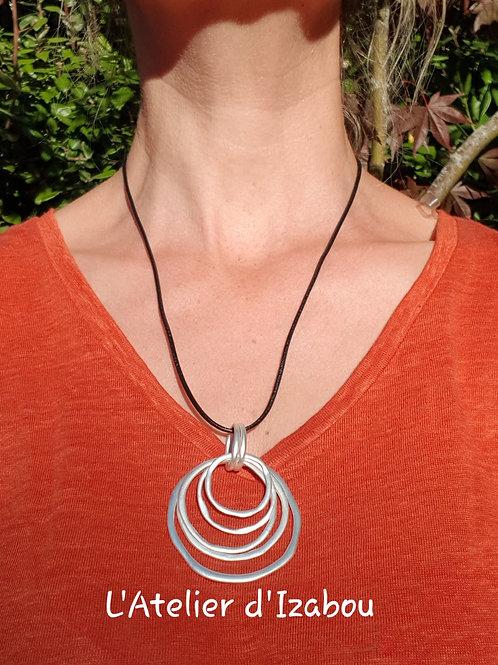 Collier fin cuir noir ou blanc et pendentif anneaux irréguliers