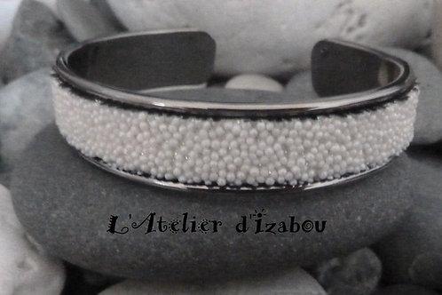 Bracelet jonc ouvert en métal gunmétal et son cuir caviar blanc