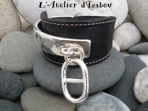 Bracelet manchette demi-jonc cuir réglable et pendentif