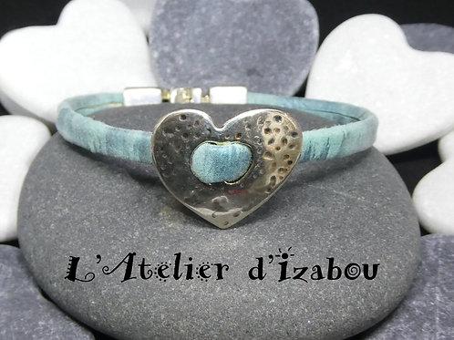 Bracelet enfant ou femme cuir/daim bleu effet métallisé et passant coeur martelé