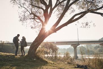 Randonneurs du pont au coucher du soleil