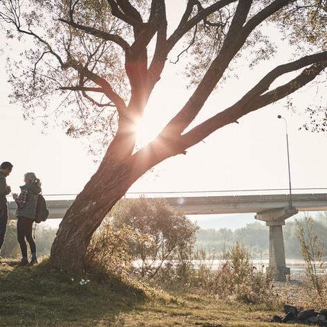 Wanderer an der Brücke bei Sonnenunterga