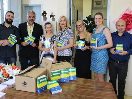 Jovens da Fase ganham bíblias doadas pela Igreja da Graça
