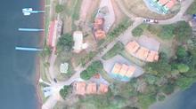 Vista aérea chalés e pier
