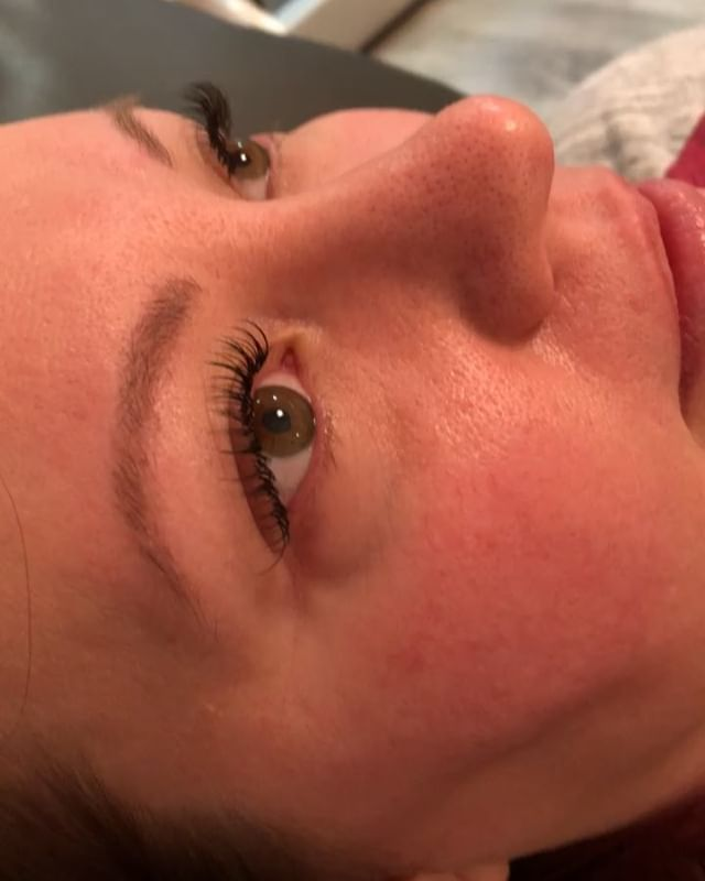 Natural mink eyelash extensions for her