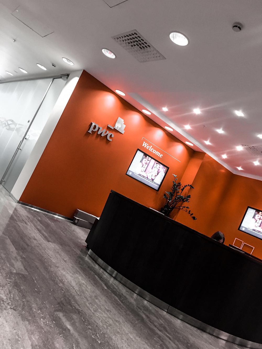 Офис «PwC» занимает несколько этажей БЦ «Белая площадь» на Бутырском валу 10, рядом с Белорусским вокзалом в Москве.