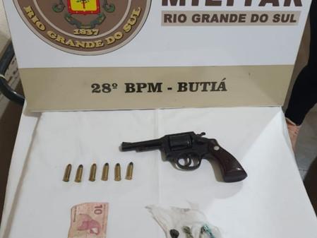 Brigada Militar apreende arma e drogas