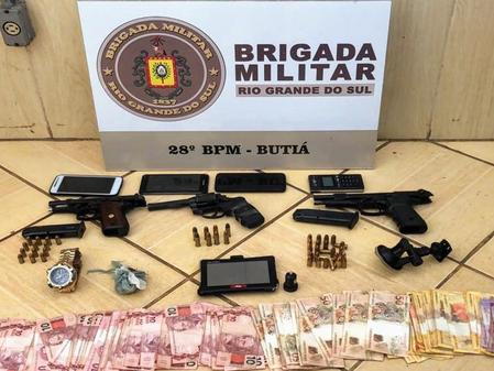 Força Tática da Brigada Militar prende cinco pessoas, armas, munições, drogas e dinheiro