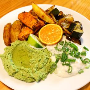 Homemade potato wedges with green hummus and vegan sour cream 💚🍟