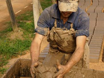 Por una producción artesanal de ladrillos más amigable con el ambiente en Uruguay
