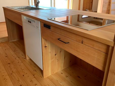 カラマツ天板のキッチン