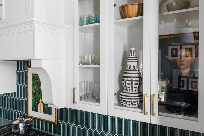 sh2019_kitchen-25-glass-cabinet-detail-k