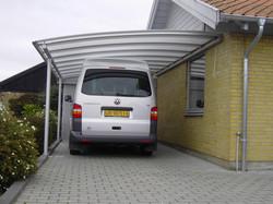 Bil parkeret under carport